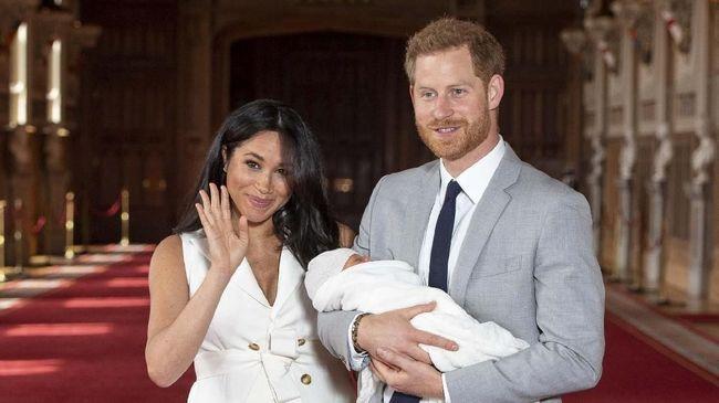 Lewat akun instagram, Pangeran Harry dan istrinya, Meghan Markle, memamerkan kebersamaan keluarga kerajaan usai upacara pembaptisan Archie yang berjalan privat.