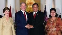 <p>Tampak jelas bagaimana persahabatan SBY dan Bush yang menjabat sebagai kepala negara kala itu, beserta istri-istri mereka. (Foto: Instagram/ @aniyudhoyono)</p>