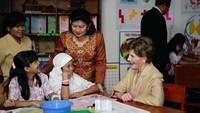 <p>Sebagai bentuk rasa terima kasih dan wujud kebahagiaan, Ani mengunggah foto saat dia menjadi ibu negara dan menemani SBY mendampingi George W Bush plus istri berkunjung ke Indonesia. (Foto: Instagram/ @aniyudhoyono) </p>