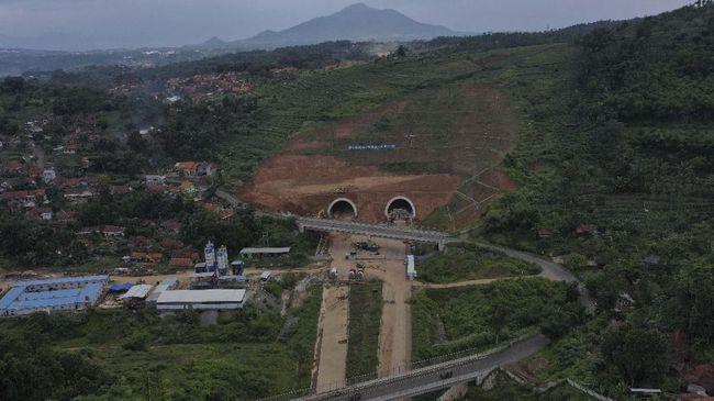 Foto udara terowongan kembar pada proyek pembangunan Jalan Tol Cileunyi-Sumedang-Dawuan (Cisumdawu) di Kabupaten Sumedang, Jawa Barat, Rabu (8/5/2019). Rencananya ruas jalan Tol Cisumdawu dari Rancakalong hingga terowongan kembar akan difungsikan satu jalur untuk arus mudik tahun 2019. ANTARA FOTO/Puspa Perwitasari/foc.