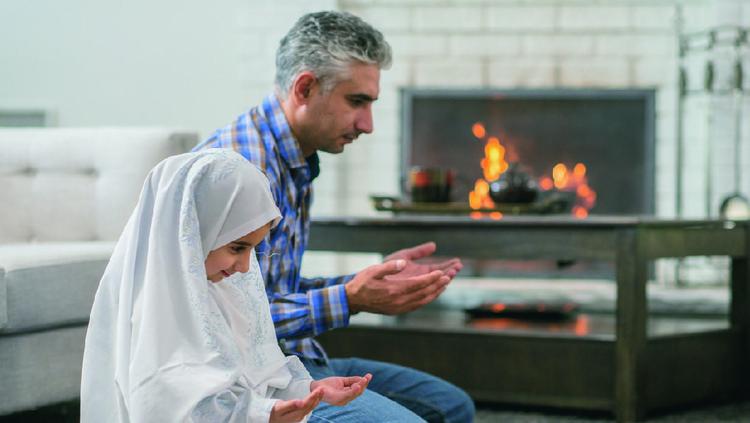Sebagai orang tua, pastinya kita punya kewajiban untuk mengajarkan nilai agama pada anak, salah satunya dengan mengajari mereka doa-doa.