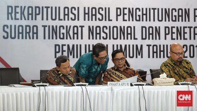 Hanya Partai Demokrat yang berada di kubu koalisi Prabowo-Sandiaga yang meneken hasil rekapitulasi KPU, sisanya menolak.
