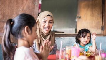 4 Doa yang Bagus Diajarkan Pada Anak Jelang Berbuka Puasa