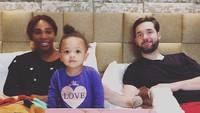 Tanpa menulis apapun, Serena Williams membagikan momen Hari Ibu bersama sang suami, Alexis Ohanian dan putrinya, Alexis Olympia Ohanian saat sedang bersantai. Sweet ya, Bun? (Foto: Instagram @serenawilliams)