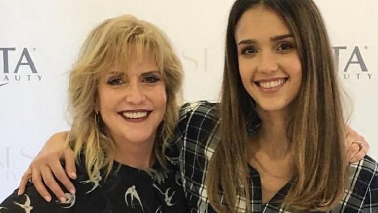 Mengunggah beberapa foto berdua dengan ibunya, Cathy Alba, Jessica Alba menuliskan 'I love you so much! You always keep it real👊🏽 and hold it down!'.