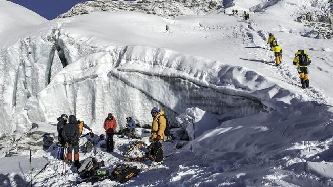 Sekitar 500 pendaki asing terjebak di pegunungan Nepal yang menerapkan lockdown mencegah penyebaran virus corona.