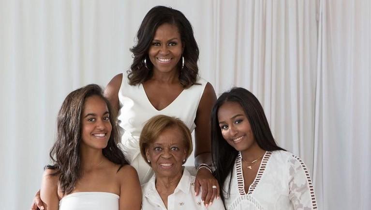 Michelle Obama mengunggah foto dirinya bersama sang ibunda dan kedua putri cantiknya. Mantan Ibu Negara Amerika itu menuliskan kilas balik masa kecilnya bersama sang ibunda.