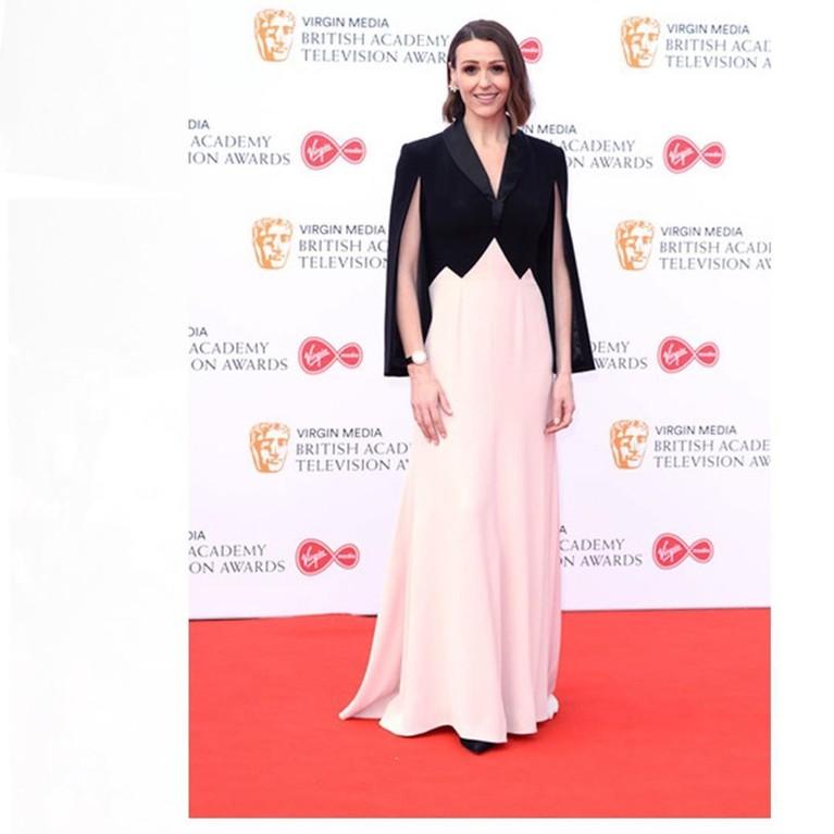 Mary Fellowes, seorang konsultan editor style mengenakan baju berwarna pink pastel lengkap dengan blazer model cape berwarna hitam gelap. Perpaduan gaun yang dikenakan ini dinilai tidak cocok dalam hal warna.