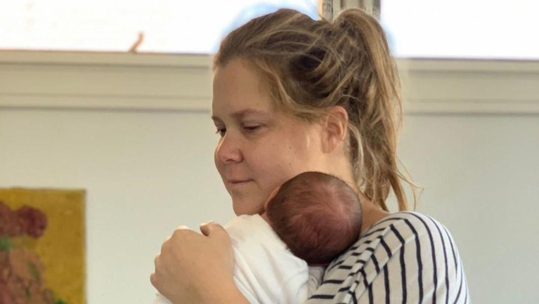 Komedian Amy Schumer baru saja menyambut anak pertamanya yang diberi nama Gene Attell Fischer. Schumer melahirkan tepat pukul 10.55 malam waktu setempat.