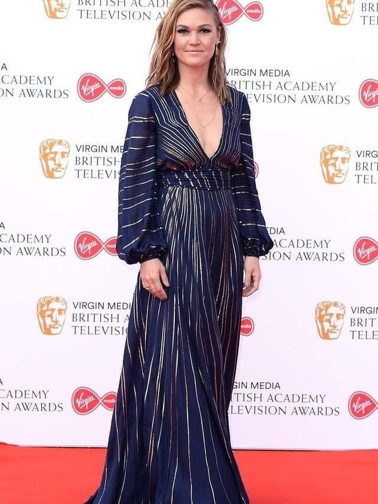 Julia Stiles. Pemain film 10 Things I Hate About You ini tampil anggun dengan gaun biru tua beraksen emas.