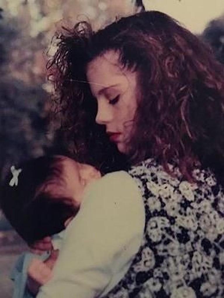 Penyanyi cantik Selena Gomez mengunggah foto foto dirinya saat masih bayi yang tengah digendong sang ibunda, Mandy Cornett. Gomez mengatakan ia berhutang nyawa pada ibunya.