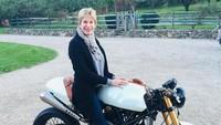 Wah, keberanian sang ibu untuk mencoba hal baru, seperti naik motor sampai bikin Ryan Reynolds bangga di Hari Ibu ini. (Foto: Instagram @vancityreynolds)