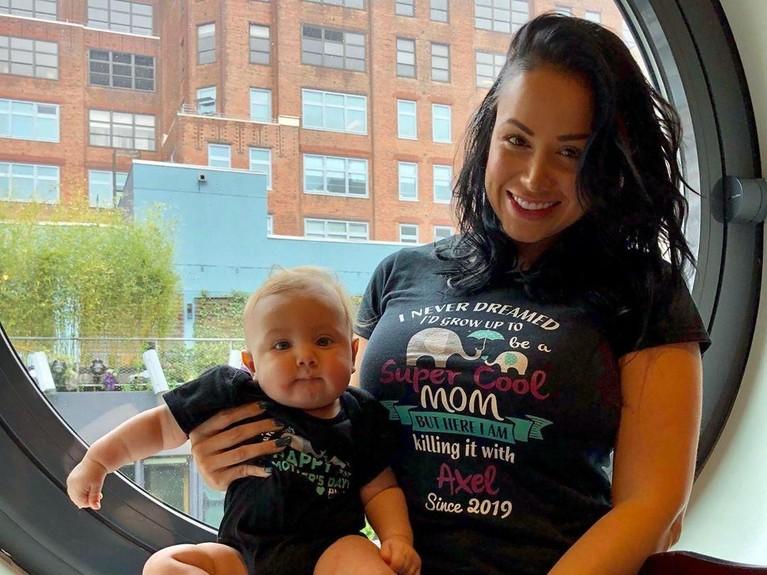 Di perayaan Tahun Baru, Paola Mayfield melahirkan bayi laki-lakinya yang diber nama Axel. Baby Axel lahir dengan berat 3,1 kilogram. Sebelumnya Mayfield berharap anaknya bisa lahir pada Natal.