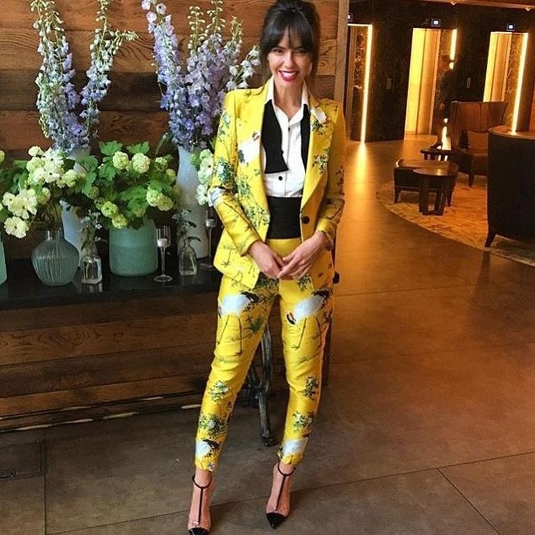 Jennifer Matoaknyaris tidak bisa memadumadankan gaya chic androginy dengan cetakan bunga dan hewan berwarna kuning terang.