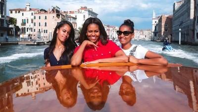 7 Potret Manis Michelle Obama Bersama Kedua Putri Cantiknya