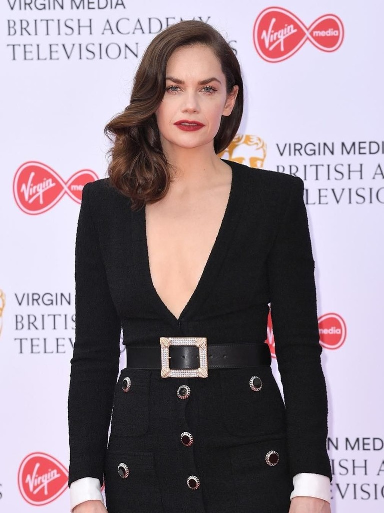 Ruth Wilson. Gaun hitam panjang Alessandra Rich yang bergaya elegan membalut tubuh sang aktris 37 tahun ini dengan sempurna.