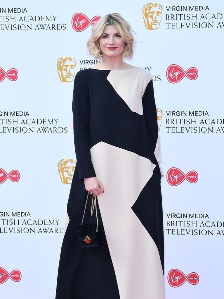 Jodie Whitaker. Pemeran Doctor Who itu tampil dengan gaun longgar berwarna monochrome. Gaun cantik ini dirancang oleh Jasper Conran.