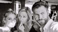 Pemeran Thor di <em>Avenger: Endgame</em>, Chris Hemsworth enggak mau ketinggalan mengucapkan selamat Hari Ibu pada istri dan ibunya. (Foto: Instagram @chrishemsworth)