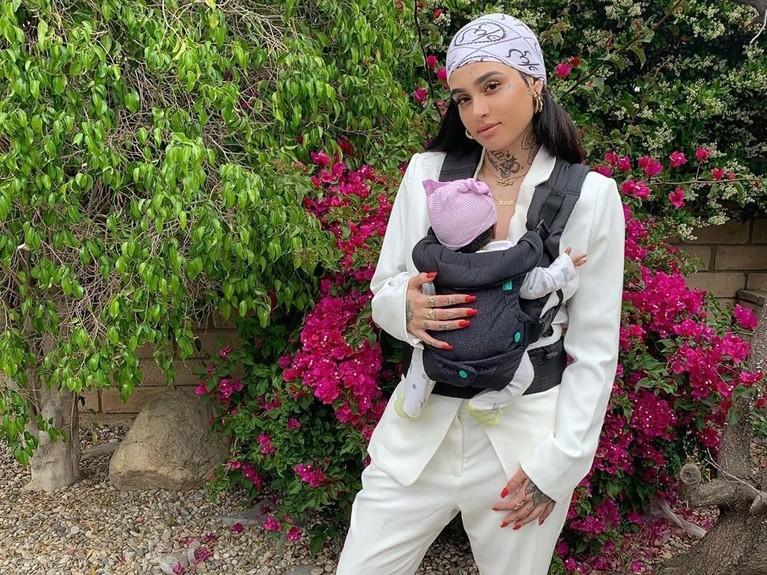 Momen International Mother's Day terasa lengkap bagi Kehlani. Pasalnya, ia telah resmi menyandang sebagai seorang ibu dengan melahirkan anak perempuannya yang diberi nama Adeya Nomi.