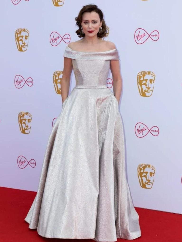 Keeley Hawes. Aktris 43 tahun ini tampil dengan gaun cantik rancangan Suzanne Neville.