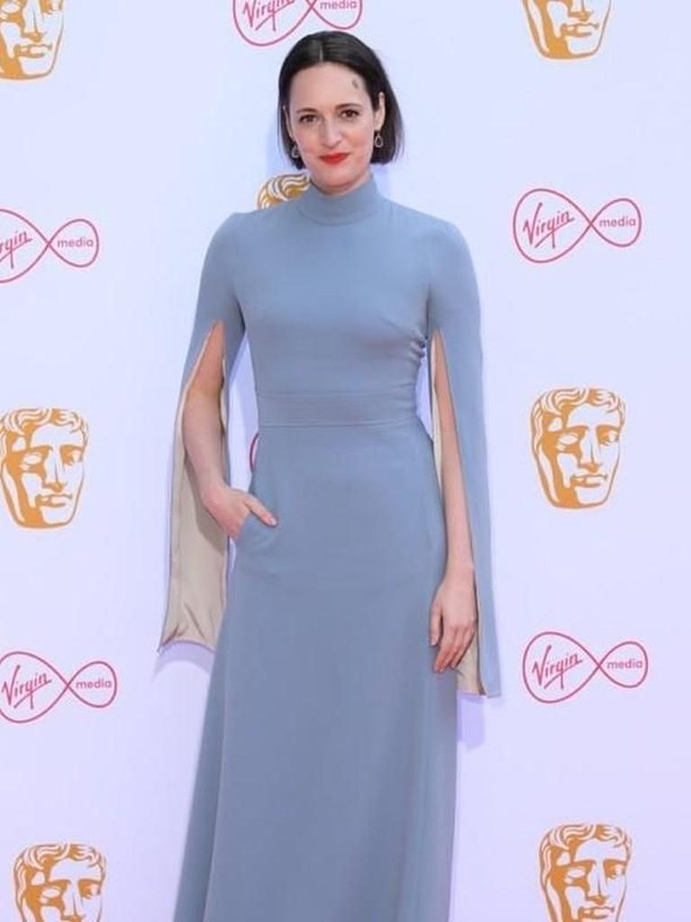 Phoebe Waller Bridge. Aktris sekaligus penulis asal Inggris ini tiba mengenakan gaun biru panjangnya.