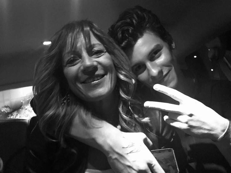 Tak kalah, penyanyi tampan, Shawn Mendes, juga mengunggah foto dirinya yang merangkul sang ibunda. Mendes menuliskan jika ia tidak bisa hidup tanpa sosok ibu di sampingnya.