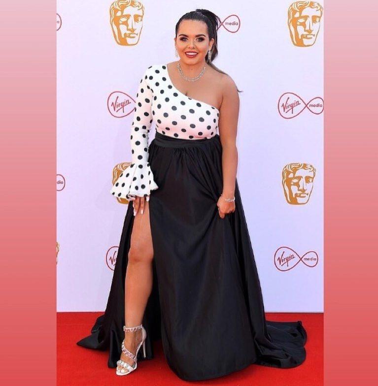 Scarlett Moffatt, salah menggunakan busana karena gaun yang ia gunakan terlihat gaun yang hits pada tahun 50'an.