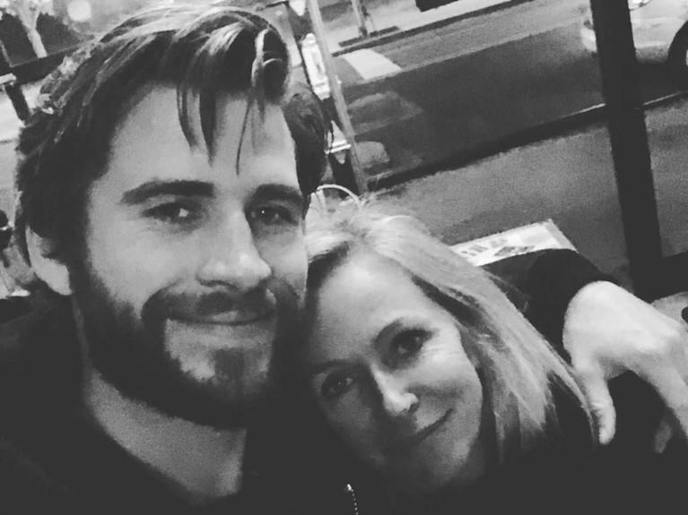 Suami Miley Cyrus, Liam Hemsworth, membagikan foto dirinya tengah merangkul sang ibunda Leonie Hemsworth. Dalam foto berwarna hitam putih itu Liam menuliskan betapa sayangnya ia kepada Leonie.