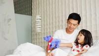 <p>Menginap di sebuah hotel mewah di Jakarta, Nicky asyik menemani Naara bermain boneka. He-he-he. (Foto: Instagram @nickytirta)</p>