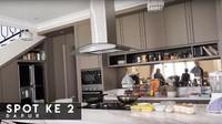 Ruang lainnya yang menjadi favorit Shireen Sungkar dan Teuku Wisnu adalah dapur. Dalam beberapa kesempatan, dapur ini juga dijadikan lokasi syuting untuk video YouTube keluarga Sungkar. (Foto: YouTube The Sungkars Family)