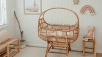 Pakai perabot dari rotan dan kayu bisa membuat kamar bayi berkesan rustic dan minimalis. (Foto: Instagram @bekhalliday)