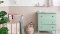Didominasi warna pastel, dan dihiasi tumbuhan, kamar bayi terlihat lebih adem dan nyaman. (Foto: Instagram @oakvillefamilybirth)