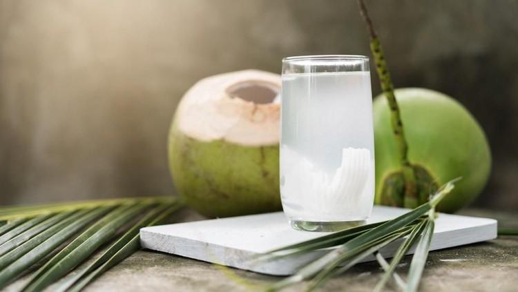 Air kelapa muda memiliki banyak manfaat bagi ibu hamil, namun Bunda perlu tahu cara aman untuk mengonsumsinya.