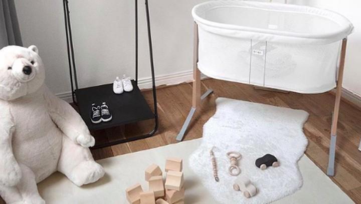 Sebagian orang tua mendambakan kamar bayi yang simpel dan monokrom. Seperti desain kamar bayi berikut ini, Bun. (Foto: Instagram @linnesmanner)