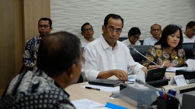 Ekonom mensiratkan percuma tarif batas atas turun, karena tiket pesawat masih mahal. Alasannya, penurunan hanya berlaku untuk Garuda Indonesia dan Batik Air.