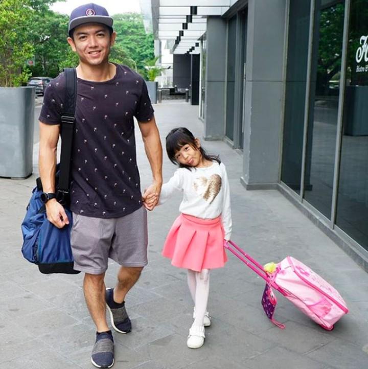 Nicky Tirta kini banting setir menjadi koki, Bun. Lama tak terlihat, ternyata Nicky sering habiskan waktu bareng anak perempuannya.