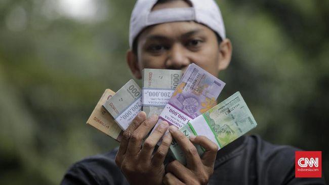 Warga antre menukarkan uang di mobil kas keliling di Lapangan IRTI Monas, Jakarta, Selasa, 12 Mei 2019. Bank Indonesia dan bank umum menyelenggarakan penukaran uang baru dengan maksimal penukaran Rp3,9 juta per orang perhari mulai 13 Mei hingga 1 Juni 2019 guna membantu masyarakat mendapatkan uang pecahan selama Ramadhan dan kebutuhan Lebaran. CNN Indonesia/Adhi Wicaksono
