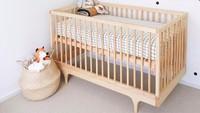 Tak perlu pakai wallpaper, dinding yang dihiasi polkadot juga bisa mempercantik kamar bayi. (Foto: Instagram @wildflowerandoak)