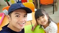 <p>Ayah dan anak ini memang kompak, Bun.Mereka sering melakukanberbagai acara menarik berdua, mulai dari jalan-jalan hingga belajar bersama. (Foto: Instagram @nickytirta) </p>