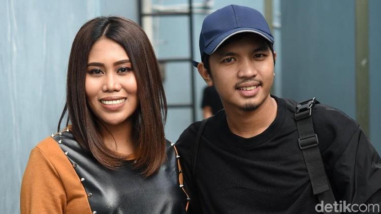 Evi Masamba dan suami saat ditemui di studio Trans TV.