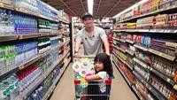 <p>Saatnya belanja bulanan, si Naara sampai naik ke atas <em>trolly</em> nih bersama gulungan tisu di sampingnya. (Foto: Instagram @nickytirta)</p>