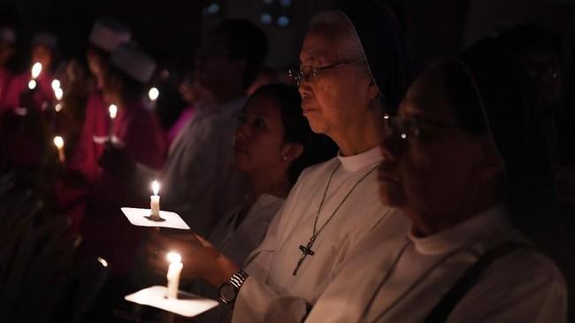 Warga Kota Surabaya menggelar doa lintas agama dan menyalakan seribu lilin memperingati setahun peristiwa bom Surabaya, Senin (13/5) malam.