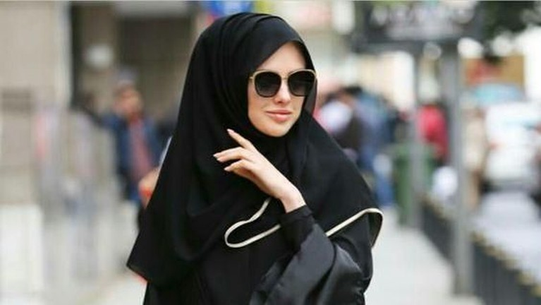 Shayla adalah jenis kerudung yang paling sering digunakan oleh perempauan di Arab, biasanya didominasi warna hitam.