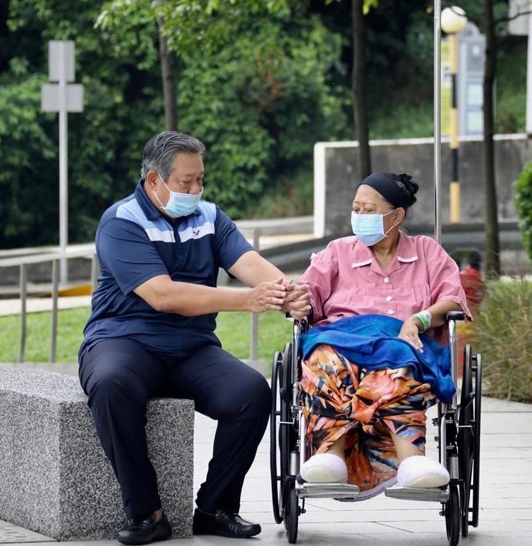 SBY selalu setia mendampingi Ani Yudhoyono. Presiden Republik Indonesia ke-6 itu pun dengan sabar menjaga sang istri tercinta saat keluar ruangan rumah sakit.