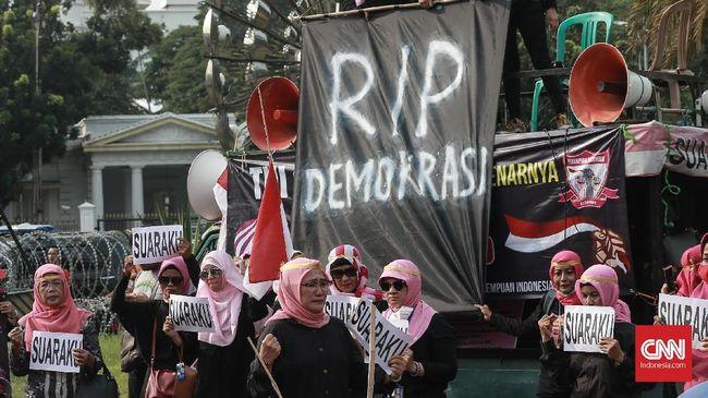 Emak-emak yang tergabung dalam Perempuan Indonesia Bergerak (PIB) menggelar aksi teatrikal di depan Istana Merdeka, menuntut kejelasan dugaan kecurangan pemilu.