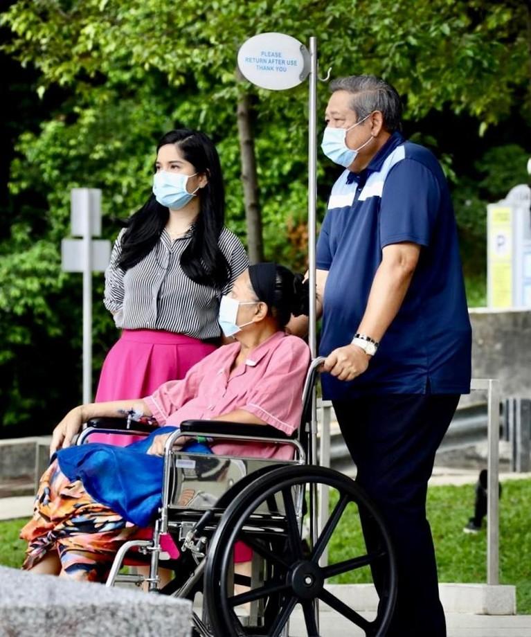 Annisa, Ani Yudhoyono dan SBY terlihat menikmati pemandangan jalanan di depan rumah sakit yang lengang.