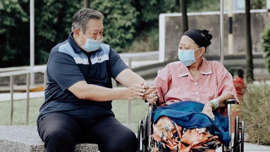 Bahagianya Ani Yudhoyono Bisa Keluar Ruang Rumah Sakit