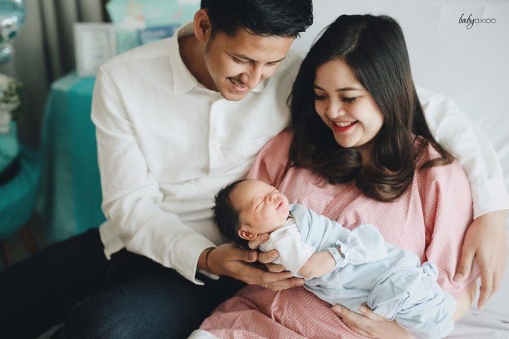 Deretan artis ini baru saja dikaruniai anak, Bunda. Kira-kira pose siapa yang paling cantik setelah melahirkan ya?