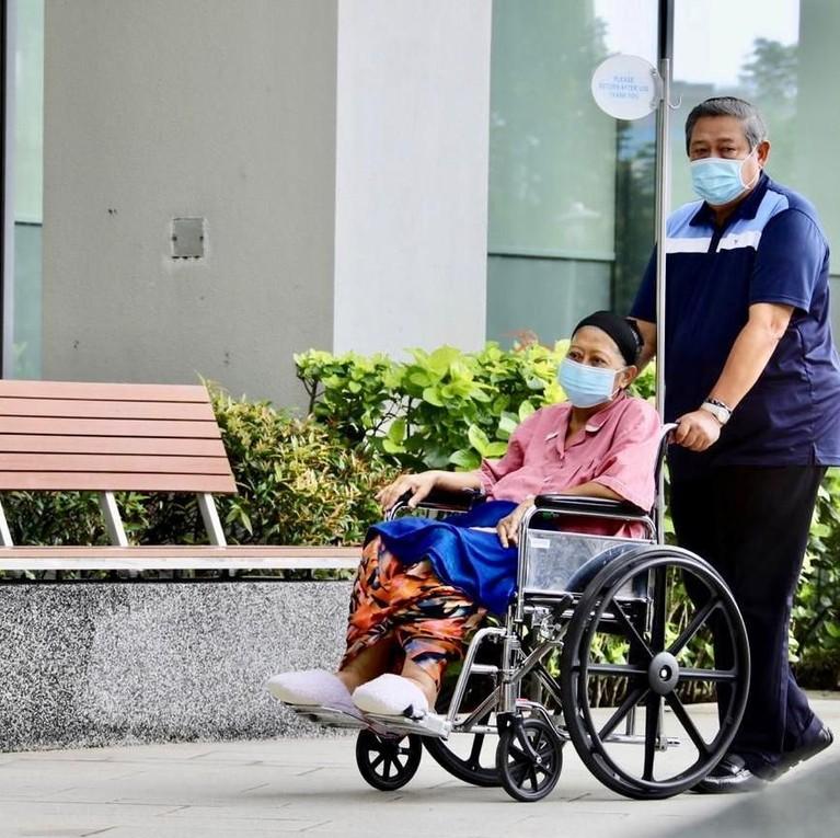 SBY dengan setia mendampingi sang istri tercinta untuk melewati masa-masa sulitnya di rumah sakit.