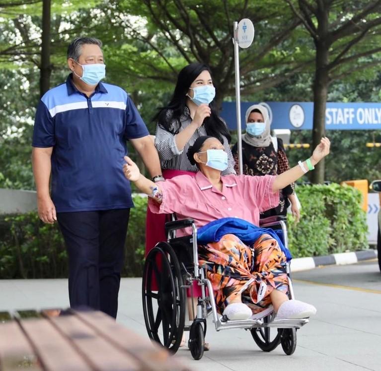 Ekspresi bahagia pun tak bisa disembunyikan oleh Ani Yudhoyonno, ia merentangkan tangannya sambil menghirup udara Singapura.